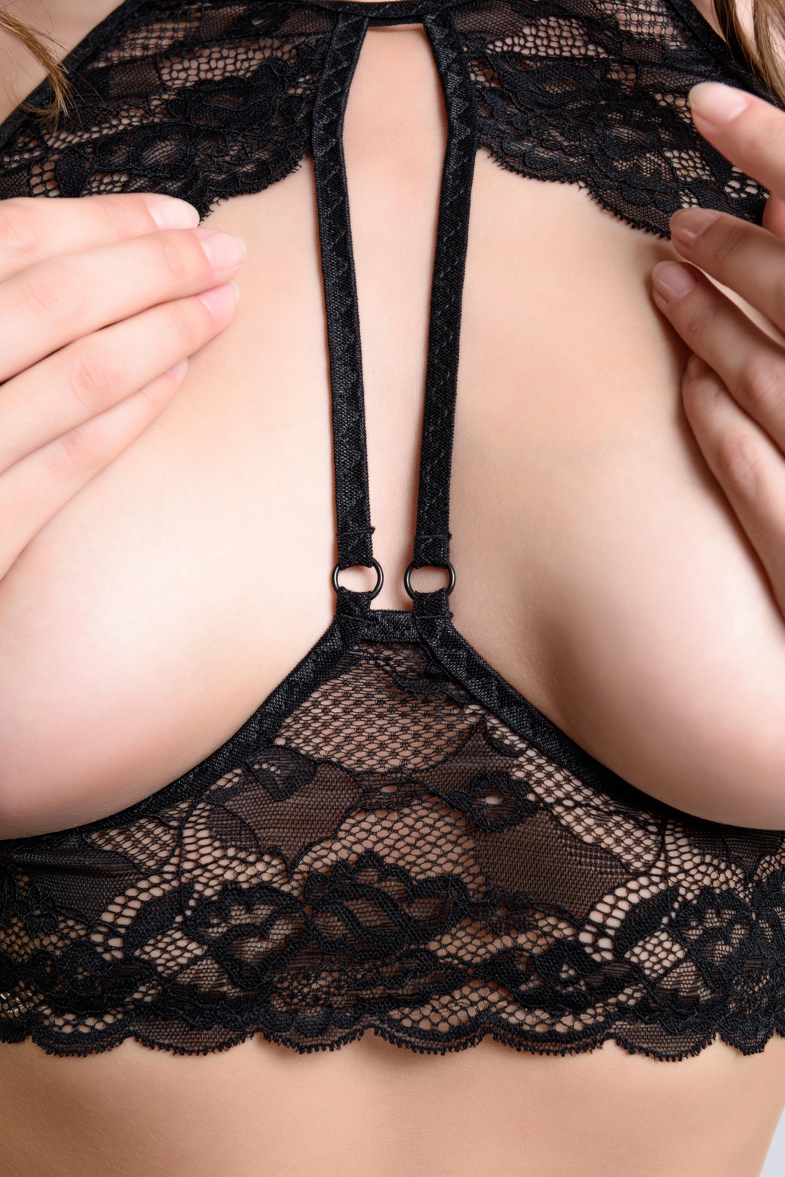 Эротический бралетт Erolanta Sandra с открытой грудью кружевной, черный (46-48)